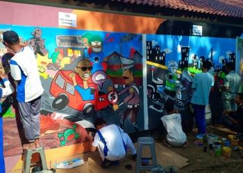 LOMBA MURAL : Peserta menggambar di dinding pada lomba mural yang digelar Polres Purbalingga di Taman Lalu Lintas Karangsentul Purbalingga, Rabu (25/9) (SM/Ryan R-60)