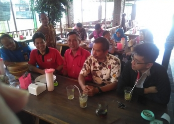 KETERANGAN-Ketua Panpel Iing (2 dari kiri) menyampaikan informasi Kejuaraan Banyumas Open, kemarin. (SM/Budi H-60).