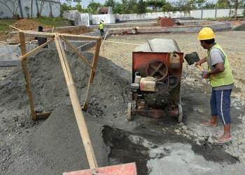 Pekerja membangun parkir di lahan eks kantor PHRI, Baturraden, Rabu (11/9). (SM/Dian Aprilia-20)