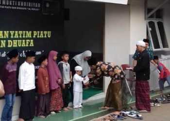TERIMA SANTUNAN: Puluhan anak yatim piatu dari wilayah Ajibarang terima santunan di kompleks Ponpes Darul Muhajirin, Desa Pandansari, Kecamatan Ajibarang, Sabtu (21/9)