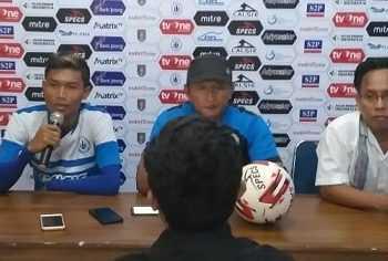 KETERANGAN PERS: Pelatih dan pemain PSCS Cilacap memberikan keterangan pers, Senin (16/9) (SM/dok)