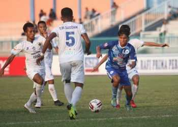 BAWA BOLA-Pemain PSCS Kasim Botan (biru) pada laga melawan Babel United di Stadion Wijayakusuma, Selasa (3/9). (SM/Budi Hartono-52).