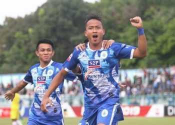 RAYAKAN GOL-Pemain PSCS Ari Hermawan merayakan gol ke gawang Perserang, Serang, Minggu (22/9).(SM/dok).