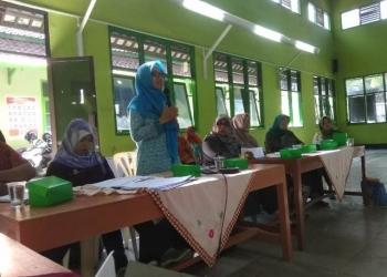 SAMPAIKAN MATERI: Ahli gizi Puskesmas Karanglewas, Nunung Nuryantini menyampaikan materi pencegahan stunting saat Rembuk Stunting, di Desa Karanggude Kulon, Kecamatan Karanglewas kemarin siang