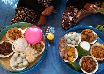 LAUK PAUK: Aneka macam lauk pauk dalam tenong yang disajikan untuk makan bersama di sedekah bumi, Desa Tambaknegara, Kecamatan Rawalo, Banyumas. Jumat (27/9). (SM/Nugroho PS)