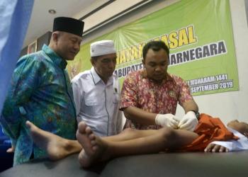 SUNAT MASAL: Ketua Baznas Banjarnegara Sutedjo Slamet Utomo dan Sekda Banjarnegara Indarto menyaksikan khitanan masal. (SM/Castro)