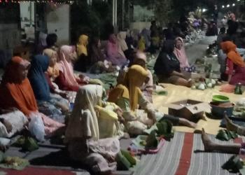 SYUKURAN: Warga Desa Keleng, Kecamatan Kesugihan gelar syukuran pembangunan jalan desa.(SM/Agus Sukaryanto-60)