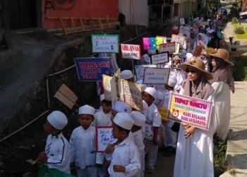 PAWAI TAARUF: Para santri dan siswa madrasah di Desa Kranggan, Kecamatan Pekuncen mengikuti pawai taaruf dalam rangka menyambut Tahun Baru Hijriyah 1441, Senin (9/9) lalu.