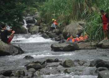 IKUTI TUBING LOGAWA:Sejumlah pengunjung Curug Gomblang mengikuti kegiatan wisata Tubing Logawa di Desa Baseh, Kedungbanteng beberapa waktu lalu.(SM/Susanto-37)