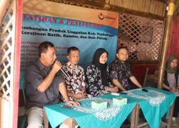 PENYULUHAN: Tim pengabdian masyarakat Universitas Peradaban (UP) Bumiayu dan Dinkop UMKM Purbalingga memberikan penyuluhan, beberapa waktu lalu.(SM/dok)