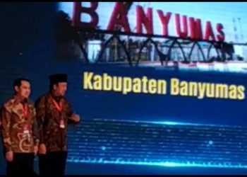 PENGHARGAAN: Bupati Achmad Husein (paling kanan) terima penghargaan Wahana Tata Nugraha,  di Jakarta, Minggu (15/9) (SM/dok)