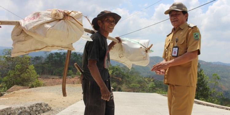 BERBINCANG: Bupati Budhi Sarwono berbincang dengan salah satu warga Desa Duren Kecamatan Pagedongan saat meninjau progres pembangunan jalan. (60) (SM/Castro Suwito)