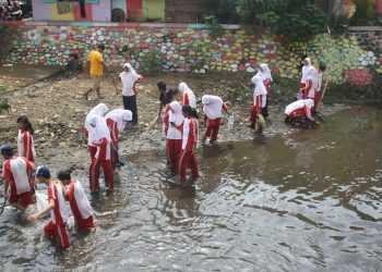 PUNGUT SAMPAH:Sejumlah siswa SMP di Purwokerto memungut sampah di Sungai Kranji yang dapat mengganggu aliran air, baru-baru ini. (20) (Ilustrasi/Budi Setyawan)