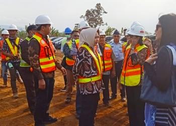 TINJAU PEMBANGUNAN : Menteri BUMN Rini meninjau pembangunan Bamdara JB Soedirman, Rabu (2/10). (20) (SM/Ryan Rachman)