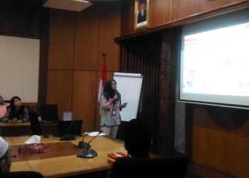 SOSIALISASI QRIS : Pegawai BI Purwokerto memberikan sosialisasi kepada para tokoh masyarakat. (20) (SM/Puji Purwanto)