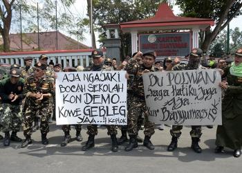 AKSI DAMAI: Massa Koalisi Masyarakat Banyumas Pembela NKRI gelar aksi menolak upaya gagalkan pelantikan presiden di Alun-alun Purwokerto, Kamis (3/10). (SM/Dian Aprilianingrum-20)
