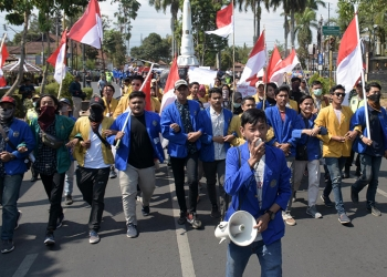 LONG MARCH: Mahasiswa yang tergabung dalam Aliansi Mahasiswa Banyumas melakukan long march dari simpang Tugu menuju Alun-alun Purwokerto untuk melakukan aksi unjuk rasa, Selasa (1/10) (SM/Dian A)