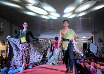 PERAGAAN BUSANA: Siswa SMA 1 Sokaraja menunjukkan keindahan kain batik pada gelaran peragaan busana dalam rangka hari batik di SMA tersebut, Rabu (2/10).