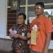 MENUNJUKKAN GAJI : Bupati Banjarnegara, Budhi Sarwono menunjukkan gaji yang diterimanya. (SM/dok)