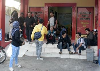 SOLIDARITAS: Anggota FMN memberikan dukungan sebgai bentuk solidaritas dengan mendatangi Satreskrim Mapolres Banyumas, Senin (1/10) (SM/Dian A)