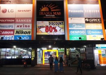 MEMASANG BANNER : Pengelola toko memasang banner promo Diskon Up To 80% di gedung toko untuk memberi informasi kepada masyarakat. (37) (SM/Puji Purwanto)