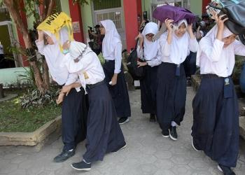 SIMULASI EVAKUASI GEMPA: Siswa melindungi kepala dan berusaha menyelamatkan diri saat simulasi evakuasi bencana gempa di SMP 2 Purwokerto, Selasa (1/10). (20)(SM/Dian Aprilianingrum)