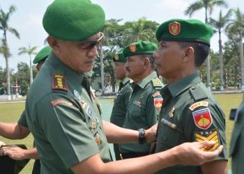 NAIK PANGKAT: Danrem 071/Wijayakusuma Kolonel Kav Dani Wardhana, SSos MM MHan memasangkan tanda pangkat kepada personel Korem 071/Wk, Selasa (1/10).
