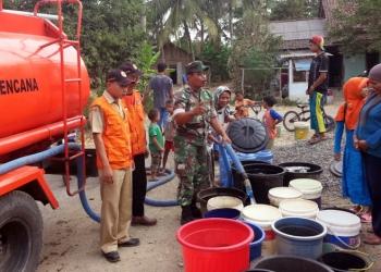 SALURKAN BANTUAN: Petugas BPBD Cilacap menyalurkan bantuan air untuk warga terdampak kekeringan di Desa Padangsari Kecamatan Majenang, Senin (30/9).(SM/dok