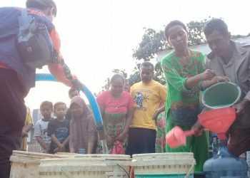 TERDAMPAK KEKERINGAN: Sejumlah warga terdampak kekeringan di Desa Pangawaren Kecamatan Karangpucung Kabupaten Cilacap menerima bantuan air, baru-baru ini. (SM/Teguh Hidayat)