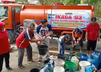 BANTU AIR BERSIH : Ikaga '93 membantu 30 tangki air bersih kepada warga terdampak kekeringan di Desa Wirasaba, Kecamatan Bukateja, Sabtu (12/10). (37) (SM/dok)