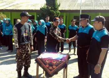 KERJA SAMA: Kepala SMP 1 Pejawaran Heri Purwanto dan Ketua Banser Desa Pejawaran Erwan bersalaman usai penandatanganan kerja sama dalam menjaga kelestarian lingkungan. (SM/dok)