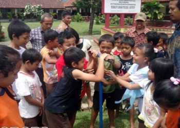 BUAT BIOPORI: Pelajar dari Kedungbanteng membuat lubang biopori di halam sekolah mereka beberapa waktu lalu. (SM/dok)