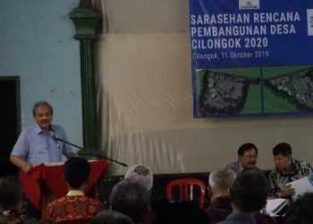 SAMPAIKAN SAMBUTAN: Ketua Yayasan Damandiri menyampaikan sambutan saat sarahsehan pembangunan desa di Desa Cilongok, Kecamatan Cilongok kemarin.(SM/Susanto-)
