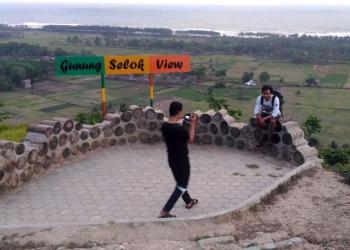 BERFOTO: Pengunjung berfoto di Gunung Selok View, Cilacap, beberapa waktu lalu. (SM/Nugroho PS)