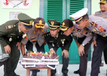 HUT TNI: Kapolres Banyumas AKBP Bambang Yudhantara Salamun SIK (dua dari kiri), bersama jajaran dan personel Kodim 0701/Banyumas terlihat kompak saat meniup lilin di kue tart, Sabtu (5/10). (SM/dok)