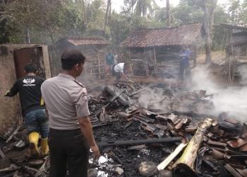 TERBAKAR : Rumah milik Muharjo (57) warga RT 9 RW 5 Desa/Kecamatan Pengadegan terbakar, Sabtu (5/10) (SM/Ryan Rachman-37)