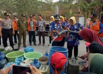 BANTU AIR: BPBD Cilacap bersama pihak terkait membantu air bersih untuk warga terdampak kekeringan di Desa Tayem Timur, Kecamatan Karangpucung, baru-baru ini. (60) (SM/dok)