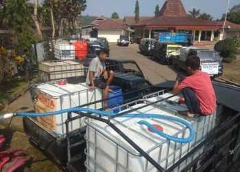 AMBIL AIR: Sejumlah mobil pengangkut air bersih antre menunggu giliran mengambil air bersih di depan Balai Desa Karangtengah, Cilongok. (SM/dok)
