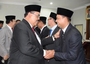 JABAT TANGAN: Sekda Wahyu Budi Saptono menjabat tangan pejabat yang baru dilantik di lingkungan Pemkab Banyumas, Kamis (3/10). (SM/dok)