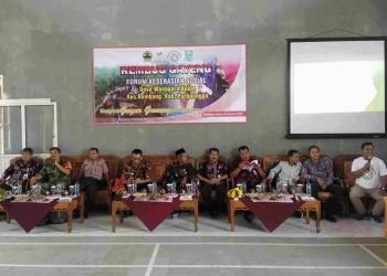 REMBUK GAYENG : Pemateri memberi paparan dalam Rembuk Gayeng Forum Keserasian Sosial di gedung olahraga Desa Wanogara Kulon, Kecamatan Rembang, Jumat (3/10). (SM/Ryan Rachman)