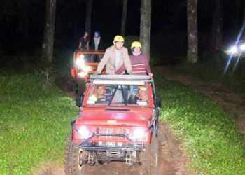 MENJAJAL JALUR: Rombongan Bupati Banyumas, Achmad Husein menjajal jalur wisata offroad di kawasan hutan wisata Baturraden, Minggu (13/10) malam. (SM/dok)
