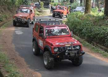 MENIKMATI TANTANGAN: Pecinta offroad menikmati tantangan dengan menaiki jeep menyusuri area Wanawisata Baturaden saat peluncuran paket wisata Safari Adventure Offroad, Senin (28/10). (SM/Dian Aprilianingrum)