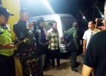 TUNGGU JENAZAH: Forkompincam Kutasari dan keluarga menunggu jenazah Muktiasi (41) pekerja migran asal Desa Karangreja, Kecamatan Kutasari, Purbalingga yang meninggal di Malaysia, Jumat (11/10) lalu. (SM/dok)