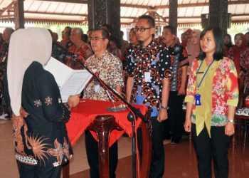 LANTIK PEJABAT : Bupati Purbalingga, Tiwi melantik pejabat struktural di Pendapa Dipokusumo, Kamis (3/10). (SM/Ryan Rachman-37)