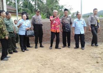 BOLA VOLI: Pejabat dari Dinas Sosial Jawa Tengah dan Forkompinkec Karanglewas menyurvei lokasi lapangan bola voli dari Program Keserasian Sosial di Desa Sunyalangu, Karanglewas. (SM/Susanto)