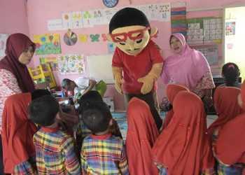 DAMPINGI SISWA: Seorang guru di salah satu Taman Kanak-kanak (TK) di Kabupaten Banyumas mendampingi siswa yang sedang mendengarkan dongeng, beberapa waktu lalu.(SM/Dian Aprilianingrum-37)