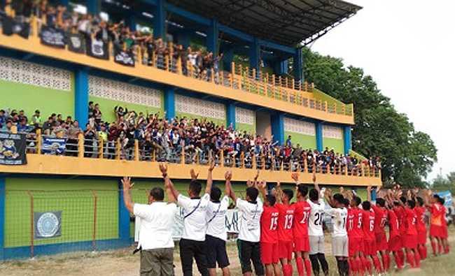 SALAM SUPORTER: Usai laga, pemain dan ofisial Persibas memberi salam kepada suporter yang datang ke Stadion Wergu Wetan Kudus, sebagai ungkapan terima kasih. (SM/dok).
