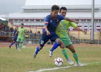 BEREBUT BOLA: Pemain Persibas Banyumas berebut bola dengan pemain Persiku Kudus pada laga Liga 3 Jateng di Gor Satria Purwokerto, Minggu (6/10. (SM/Dian A)