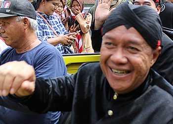 KENDARAAN KUNO: Wakil Bupati Banyumas, Sadewo Tri Lastiono, menaiki kendaraan kuno pada peringatan Rengos Saka Guru Si Panji, di Kota Lama Banyumas, beberapa waktu lalu. (SM/Nugroho PS)