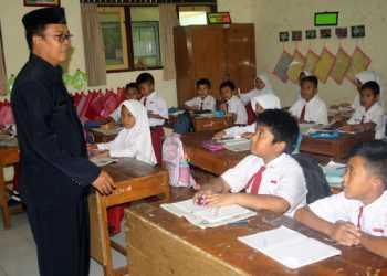 MENGAJAR: Seorang guru mengajar siswa di SD 1 Karangklesem Koordinator Wilayah Kecamatan (Korwilcam) Purwokerto Selatan Senin (14/10). (SM/Budi Setyawan-20)